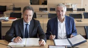 Nicolas Revel et Gilles Bonnefond signent l'avenant à la convention pharmaceutique